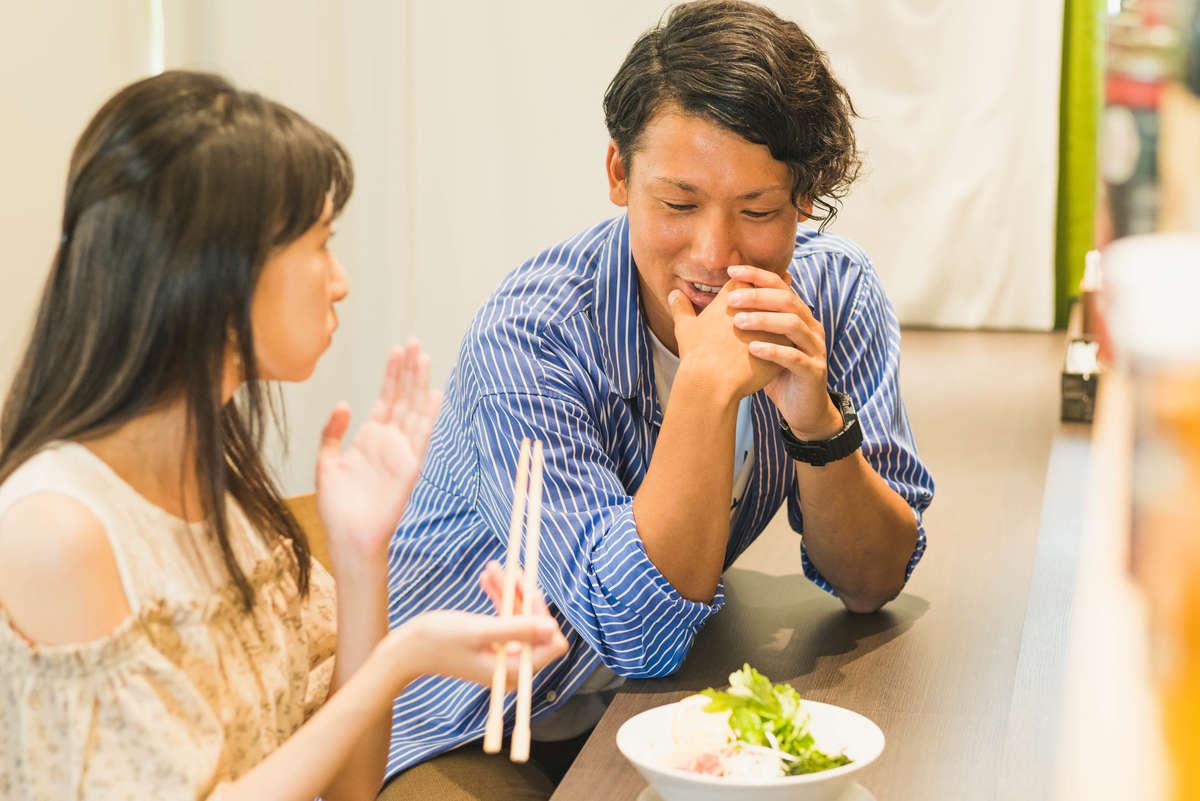 八洲男子コラボの冷製ラーメンを食べる読者モデルの画像