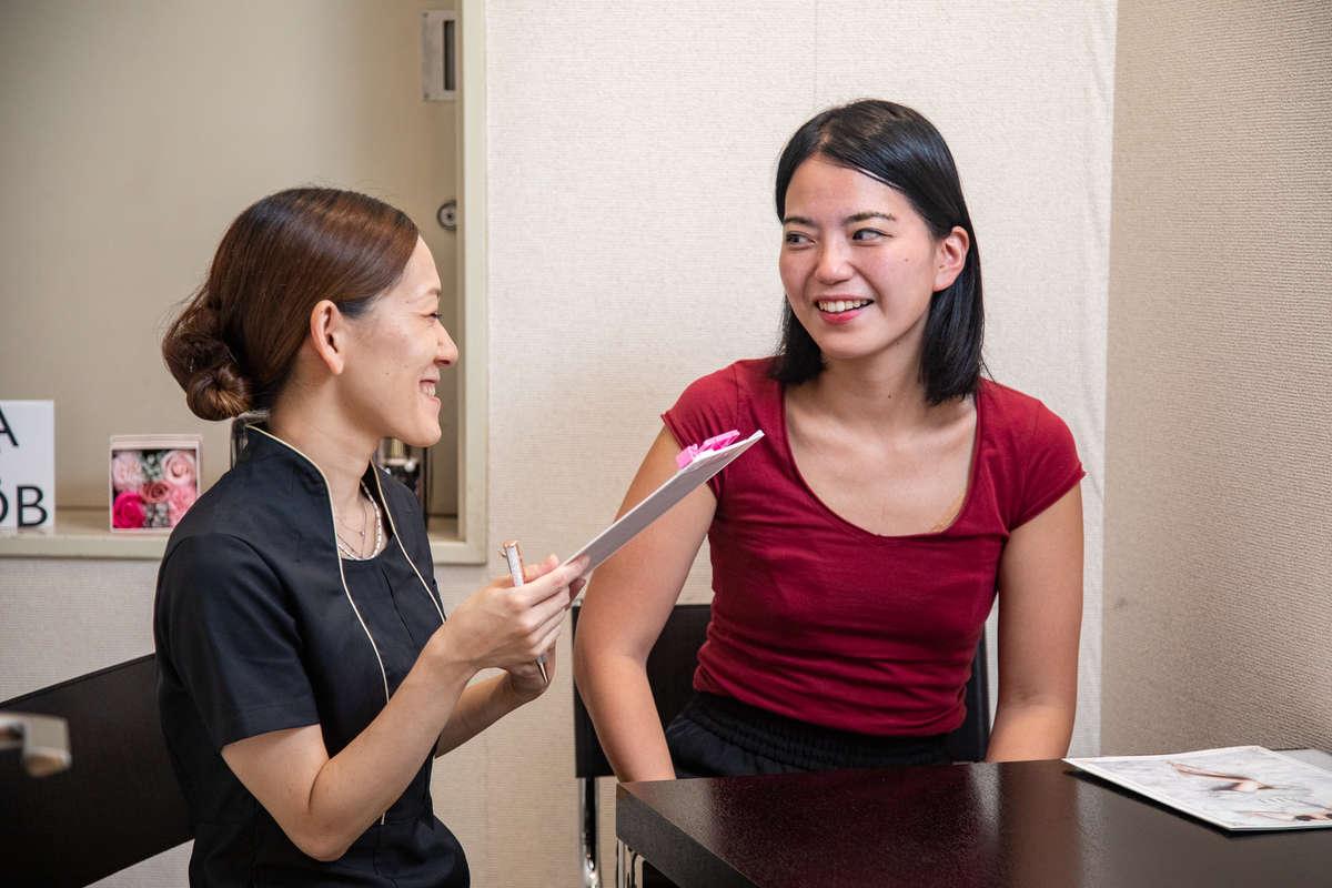 静岡のエステサロン「AILE(エール)」の店長・杉村さんと読者モデルのカウンセリング画像