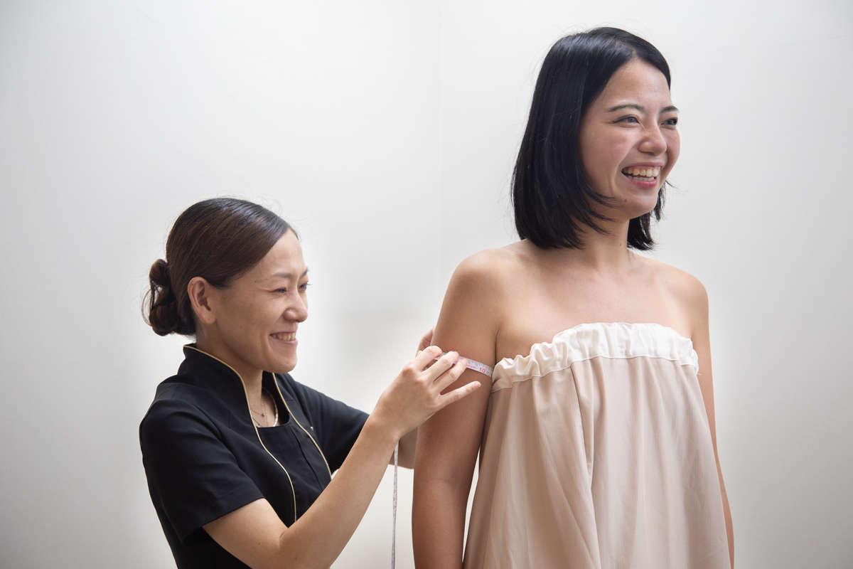 静岡のエステサロン「AILE(エール)」で「リンパマッサージ」の施術後採寸をする読者モデル