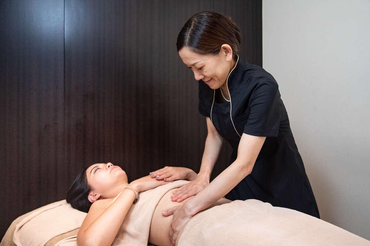 静岡のエステサロン「AILE(エール)」で「リンパマッサージ」の施術を受ける読者モデルの画像