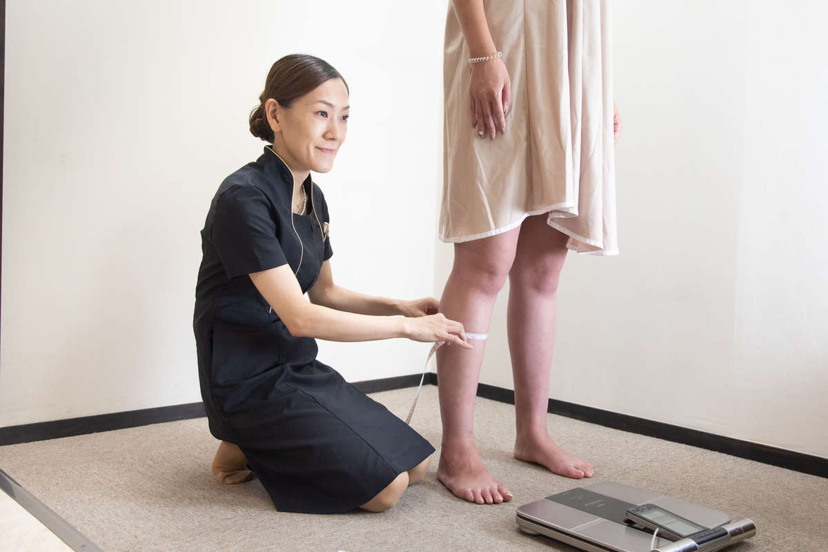 静岡のエステサロン「AILE(エール)」の店長・杉村さんと読者モデルの施術前採寸画像