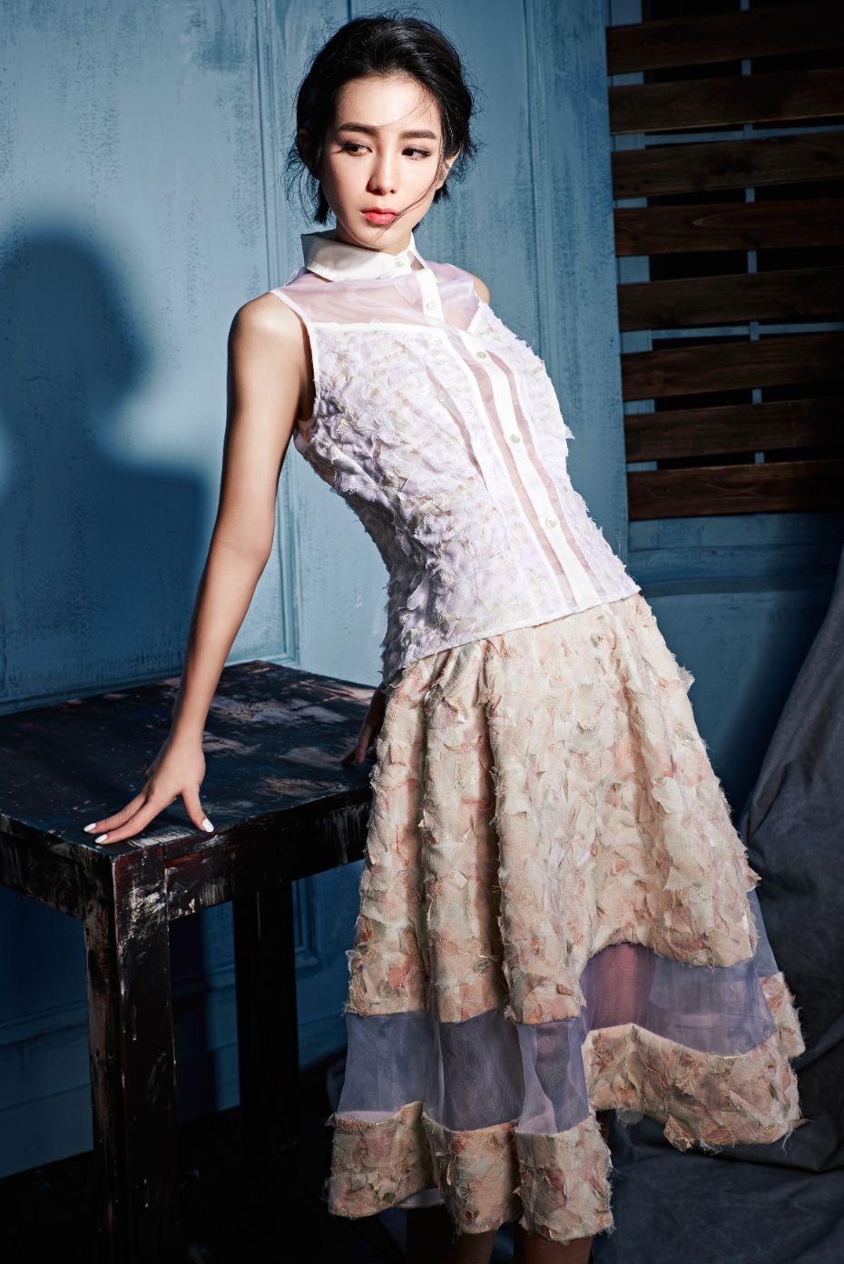 白色羽狀堆繡歐根紗上衣 $32800_粉金色歐根紗裙 $59800