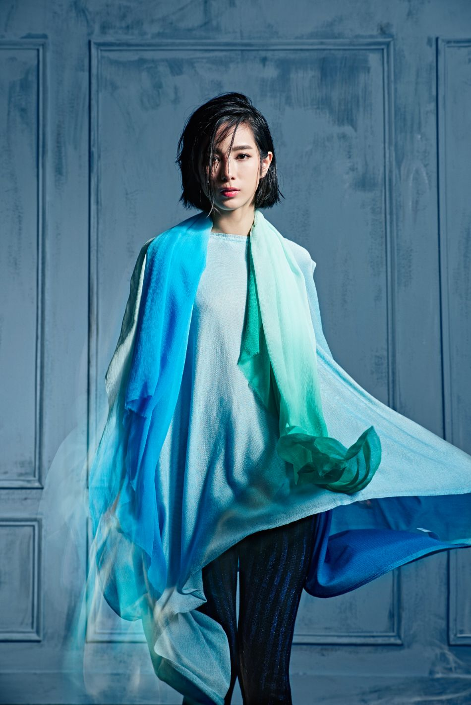 青藍雙色混絲針織上衣 $29800_黑色亮蔥針織七分褲 $18200