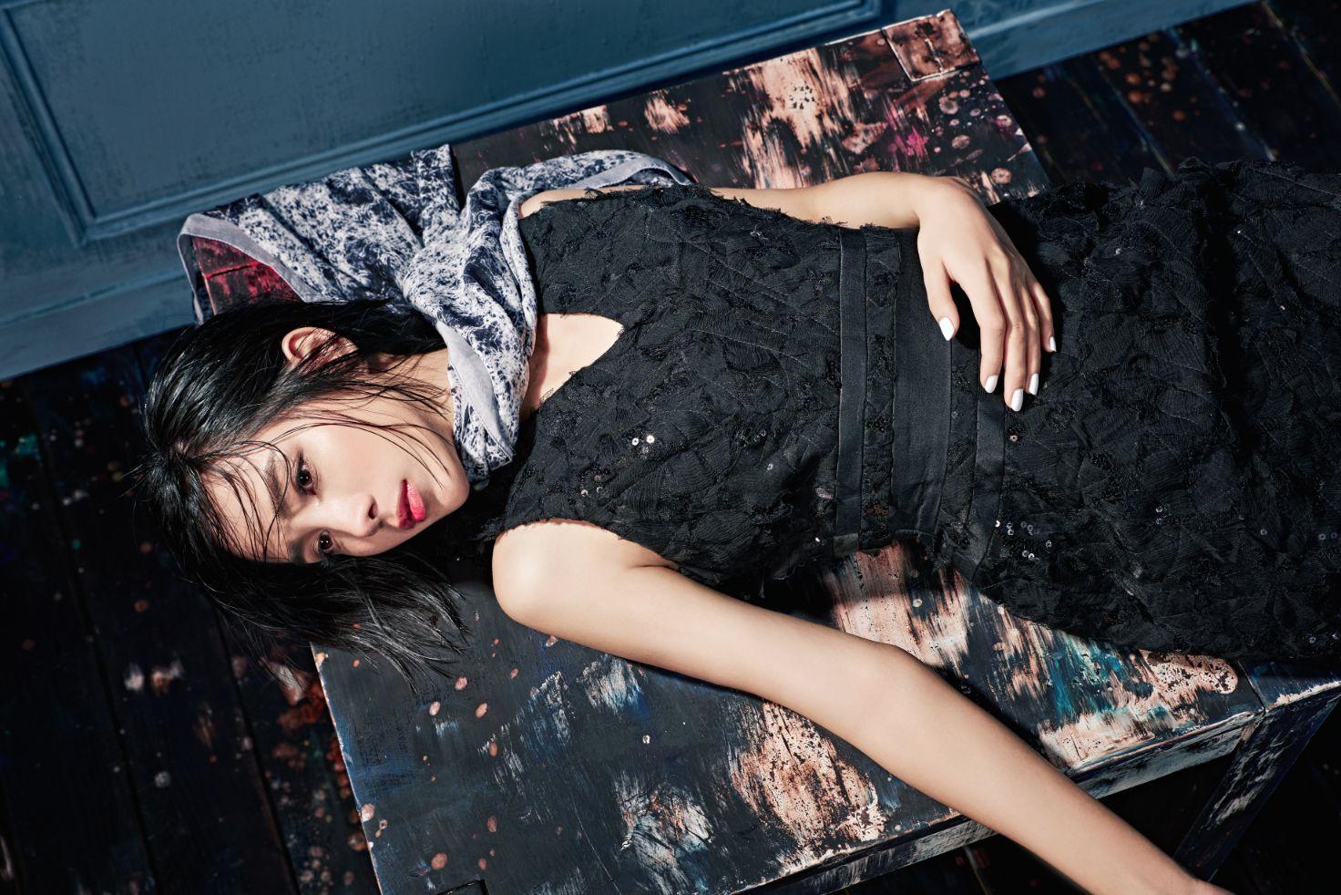 黑色緞面堆繡修身洋裝$78200_大理石紋雪紡印花絲巾$12800