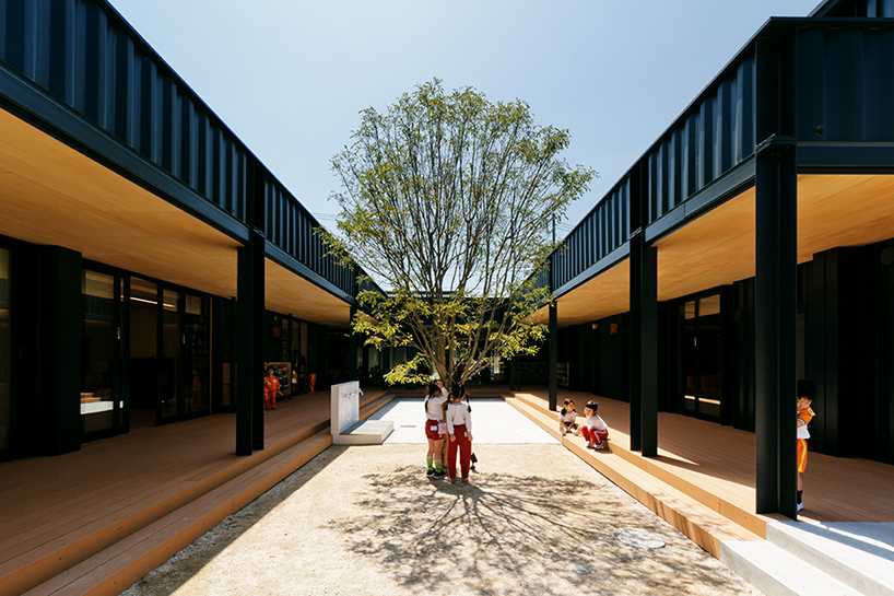 HIBINOSEKKEI-youji-no-shiro-OA-kindergarten-shipping-containers-saitama-japan-designboom-04