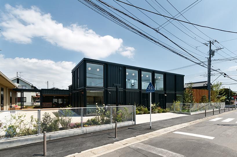 HIBINOSEKKEI-youji-no-shiro-OA-kindergarten-shipping-containers-saitama-japan-designboom-05