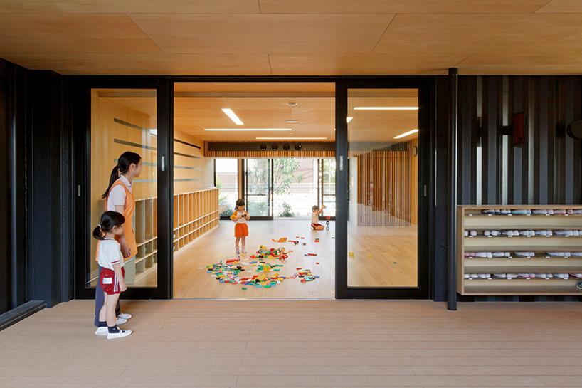HIBINOSEKKEI-youji-no-shiro-OA-kindergarten-shipping-containers-saitama-japan-designboom-07