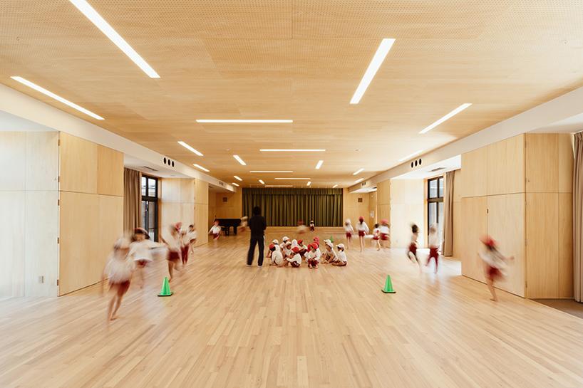HIBINOSEKKEI-youji-no-shiro-OA-kindergarten-shipping-containers-saitama-japan-designboom-09