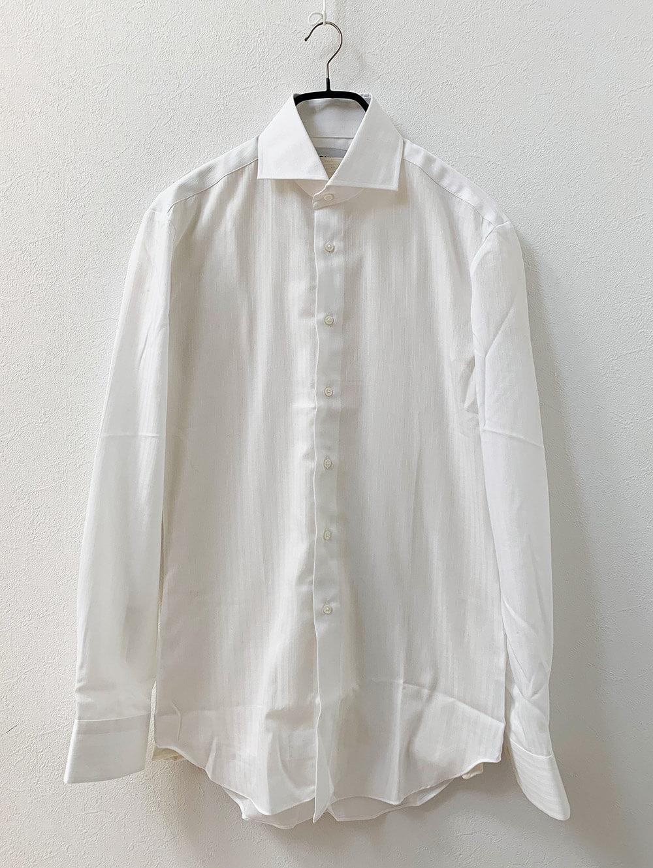 コットンとポリエステルの形態安定ホワイトトリプルストライプシャツ 洗濯前