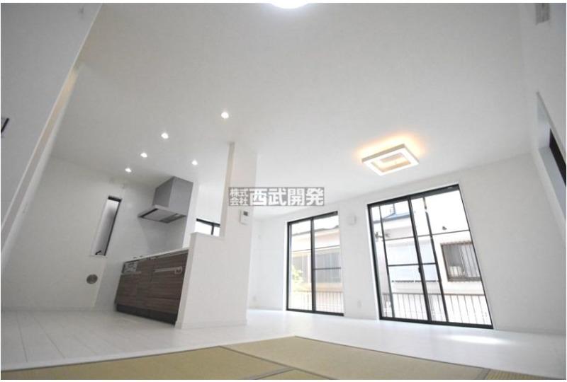 【居間】5号棟 畳コーナーを合わせると19帖以上の大空間、開放的なLDKです♪