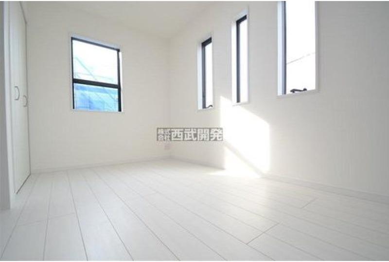 【内観】5号棟・洋室 明かりを取り込むおしゃれな窓♪自分好みのプライベート空間にアレンジしてみてはいかがですか?