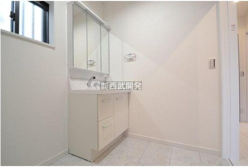 【洗面】5号棟 整髪やお化粧、収納にも便利な三面鏡の付いた洗面台。大き目の洗面スペースはちょっとしたお洗濯にも便利です♪