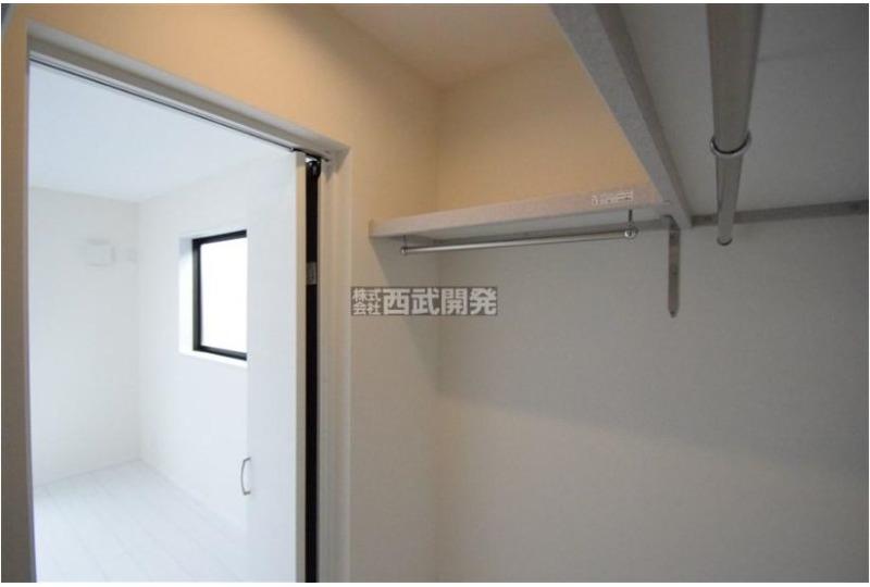 【収納】5号棟 主寝室に1.5帖のウォークインクローゼットと本棚がついています。ここにもあったらいいなぁがあるんです♪