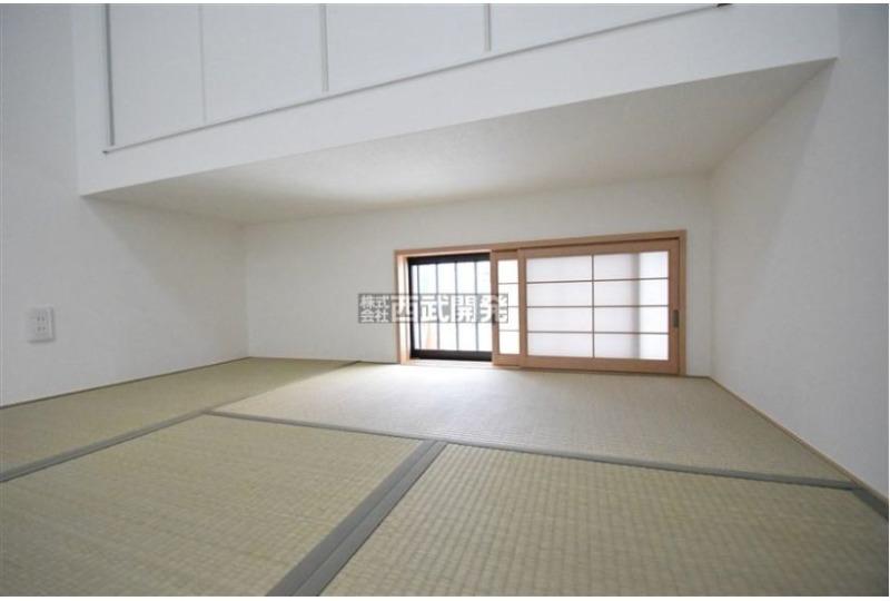 【内観】5号棟・和室 リビングの一角にたたみコーナーを設けました。仕切りをなくし、広々と使える設計です♪