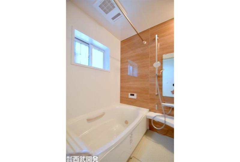 【風呂】お子様と一緒に入ることができる広々とした浴室!