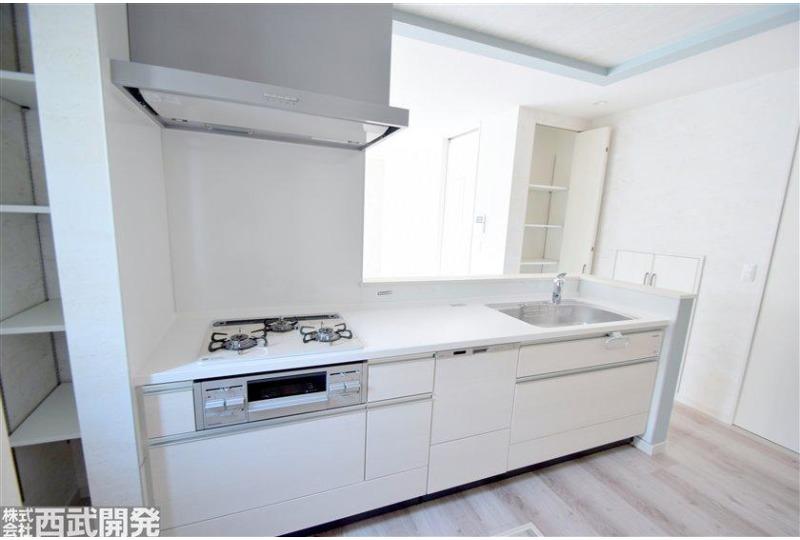 【キッチン】食洗機付きの広々としたキッチンです。
