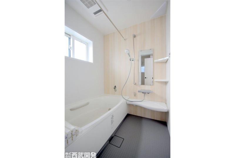 【風呂】お子様と一緒に入ることができる広々とした浴室。
