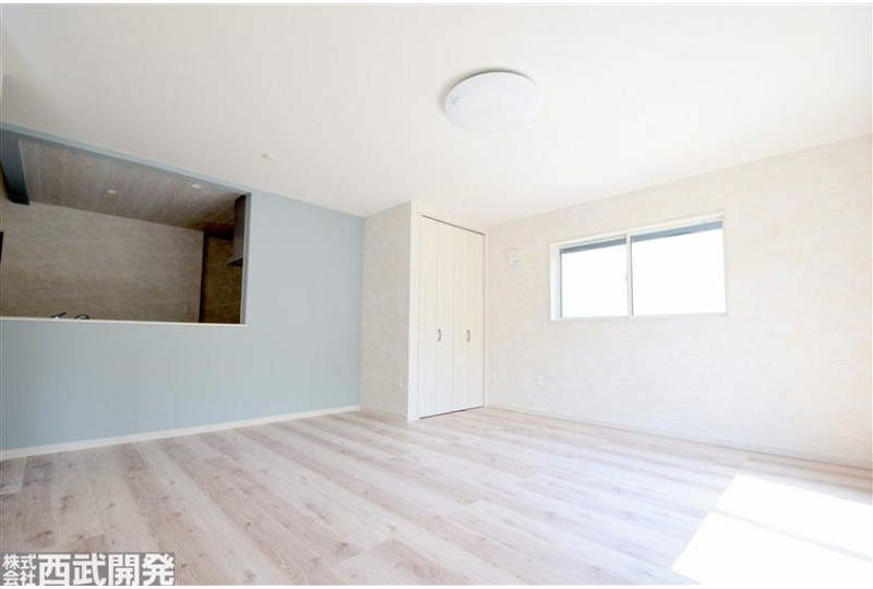 【居間】南面が空いているため室内は大変明るいお部屋です。