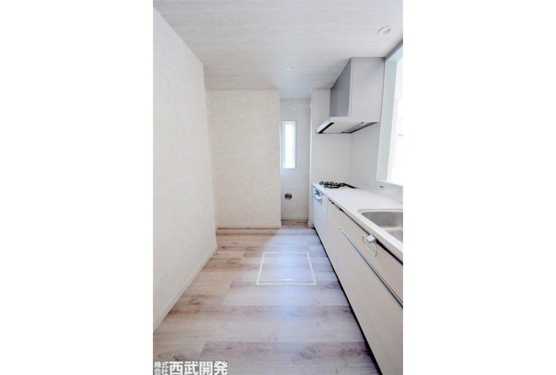 【キッチン】2号棟 食器棚を置いても狭さを感じられない広さがあります。