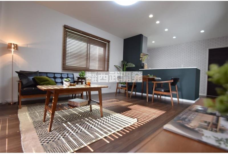 【居間】4号棟 ヴィンテージ家具が濃い床の色合いに溶け込む。まるでオシャレな家具やさんのような空間の仕上がりをみせています。※掲載写真の家具は販売価格に含まれません。