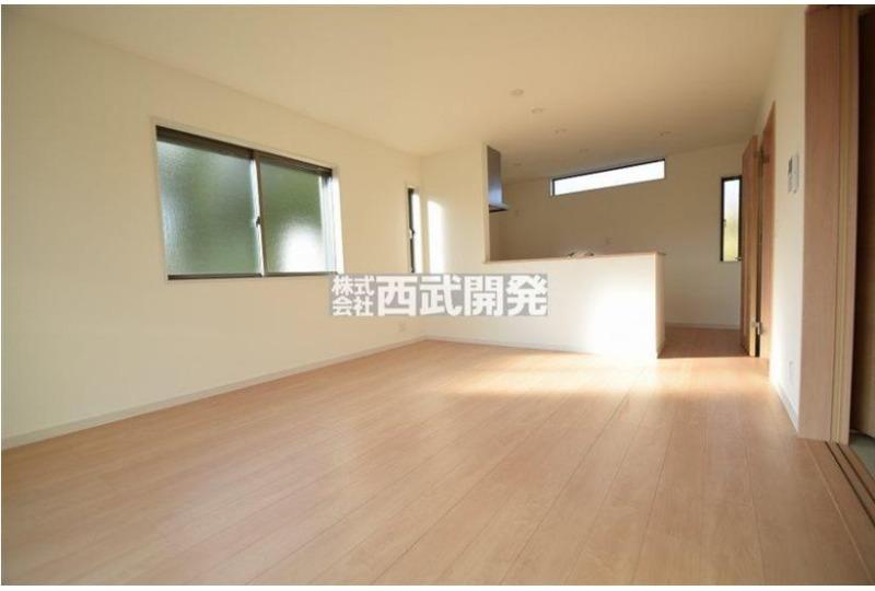 【居間】15畳のリビングは自然とご家族が集まる空間