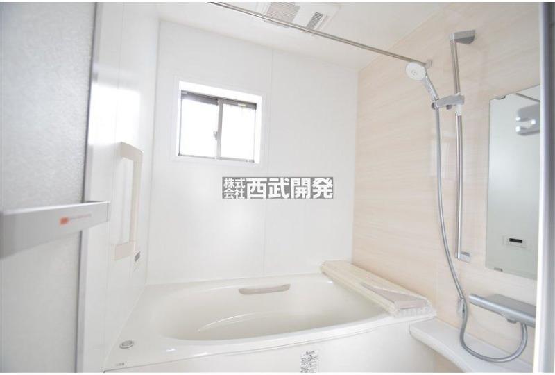 【風呂】お子様と一緒にバスタイムを楽しめる広々浴室。暖房・涼風機能付きで心地よいバスタイムを実現します。