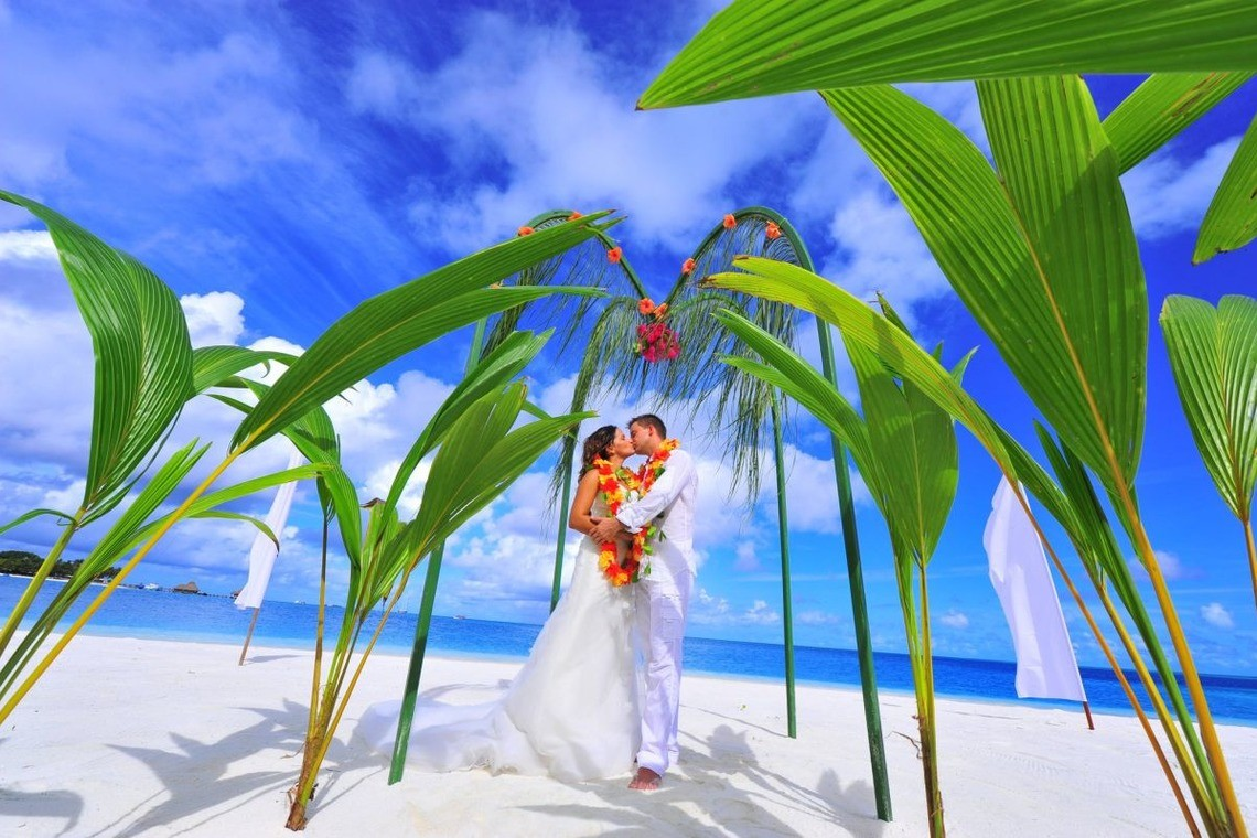 a tropical wedding in Maldives — Photo by EARTH COLORS
