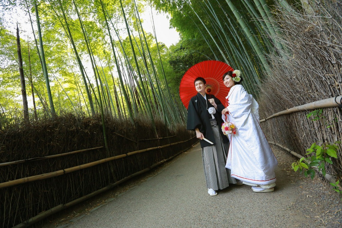 The endless rows of bamboo stalks make for a beautiful photo op — Photo by Hayashi Photo Works