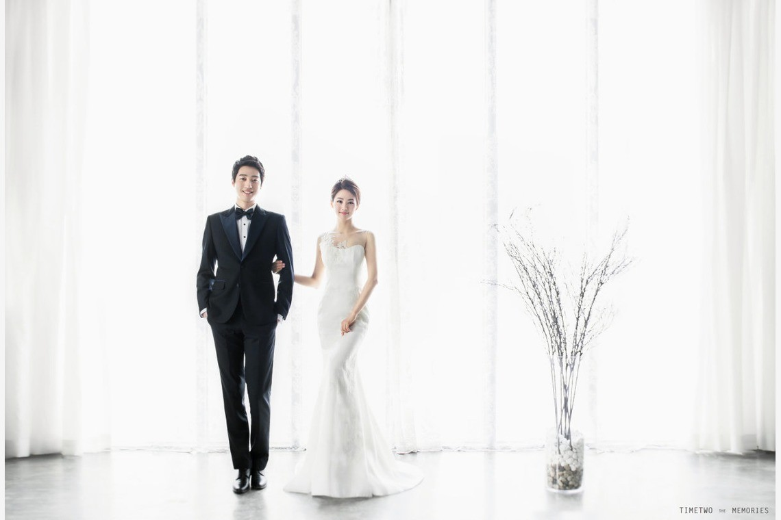 A wedding couple in korea, posing