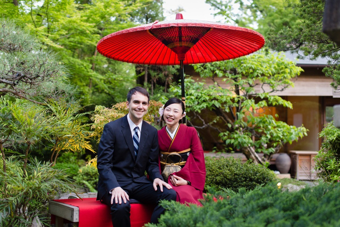 Couple in a Japanese garden in Tokyo, Japan — Photo by WEDDING PICTURES