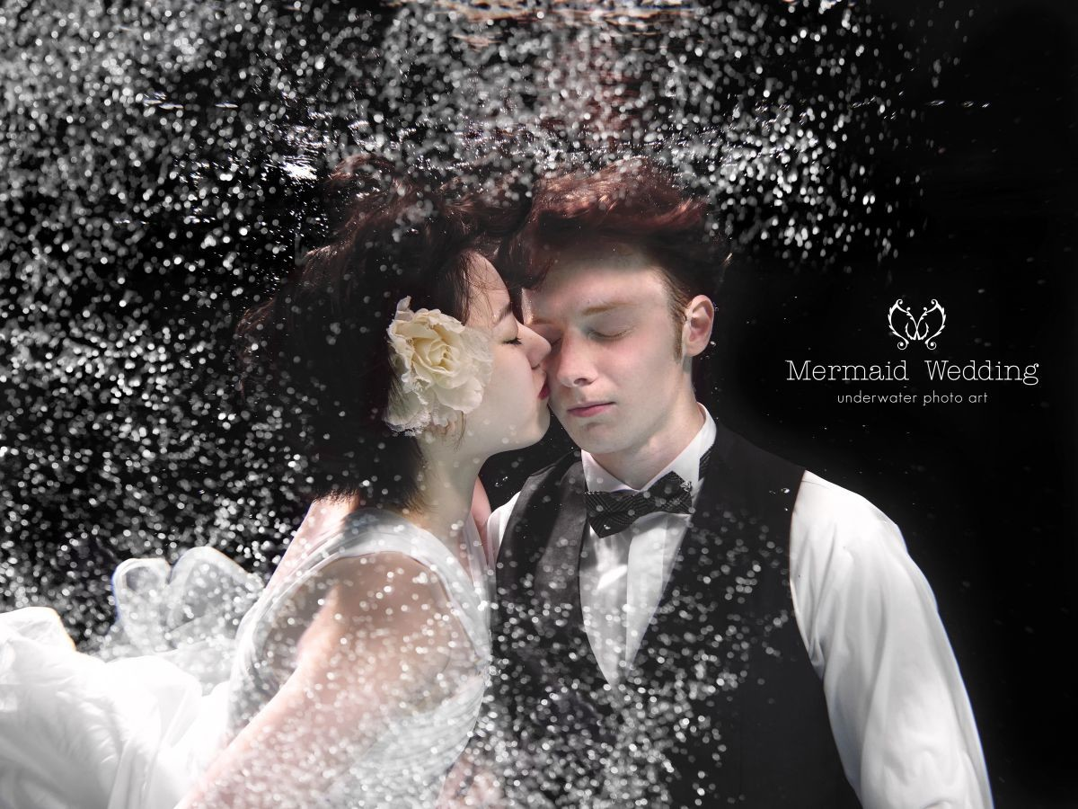 Underwater kiss — Photo by Mermaid wedding