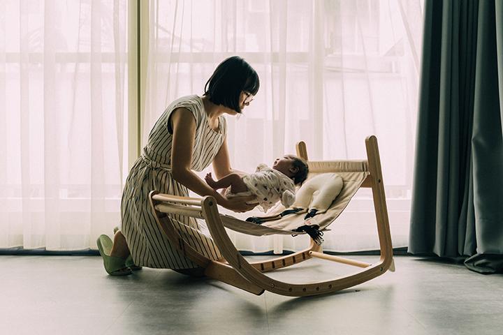 宅宅太太的日常 @msninitsai | farska實木陪伴成長椅_搖椅模式_07