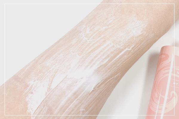 クリームを塗った腕