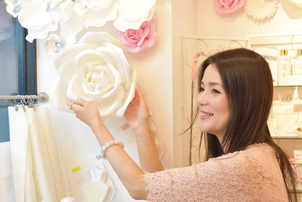 店舗内装を整えながらお客さんを待つ加藤美佐子氏