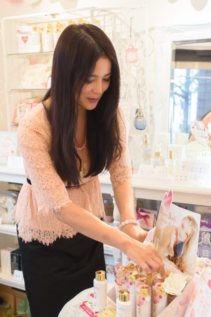 店舗内で商品をレイアウトする加藤美佐子氏