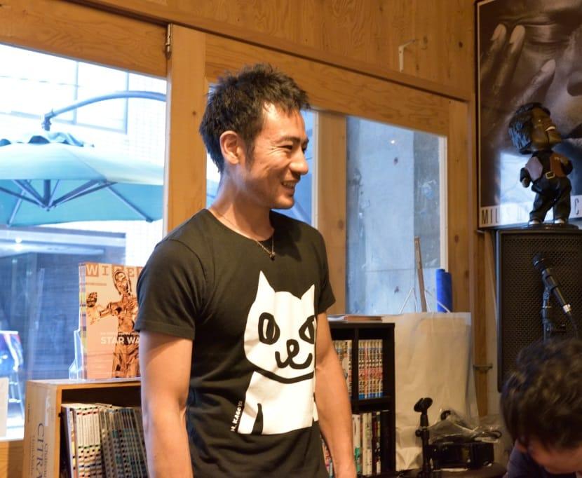 接客をするカフェ「factory」西原典夫さん