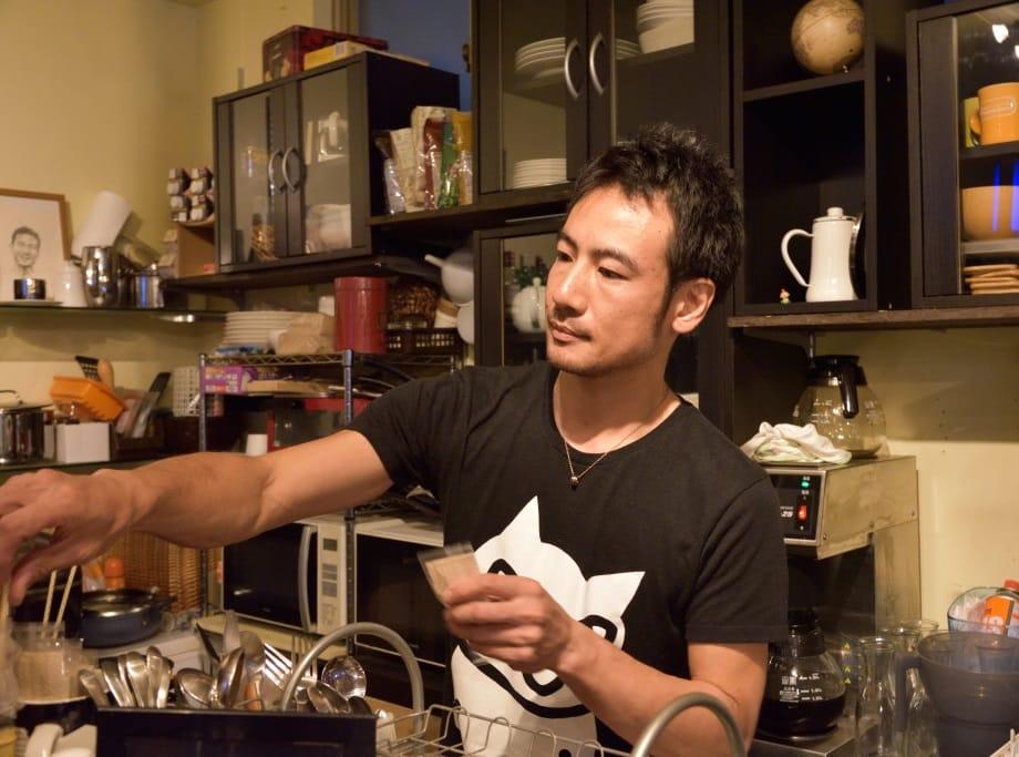 カウンター業務をするカフェ「factory」西原典夫さん