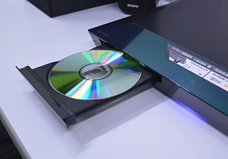 ドライブを搭載し、CD/DVD/BDの再生ができる