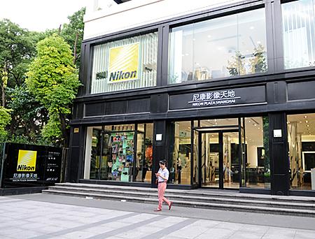 上海のブランドストリート、南京西路のショールーム「尼康影像天地」