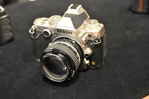 マニュアルフォーカスの単焦点レンズ「Ai Nikkor 50mm f/1.2S」を装着