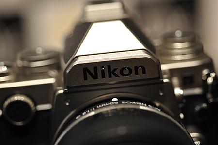 ペンタ部の「Nikon」のロゴは、あえてフィルム時代と同じ縦のゴシック正体を採用
