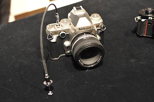 シャッターボタンには機械式レリーズ用のねじ穴が設けられていて、フィルムカメラ用のケーブルレリーズが装着できる