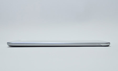 重さ約350g、厚さ8.35mmと、非常に軽く、薄い。片手で持ちながら操作できる