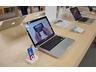 店内に展示されるMacBook Pro