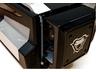 背面の電源ボックス装着スペースにあしらわれた蛇神「Nagas」のエンブレム。デザイン上のアクセントになっている