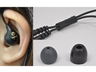 (左)ケーブルを耳の後ろに回して本体を装着する (右)アジャスタ、2種類のイヤーパッド