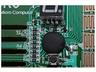 中央に見える黒く丸い部分が樹脂に覆われたCPU。現在は4ビットのCPUは販売されていないので、8ビットのシンセサイザー用CPUを4ビットCPUとして流用している