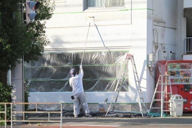 家を塗装している業者