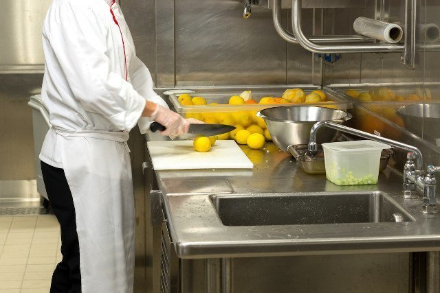 レモンを切る料理人