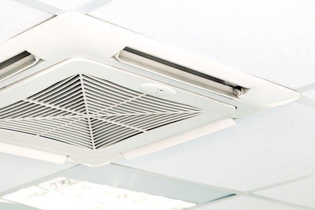 天井に設置された業務用エアコン